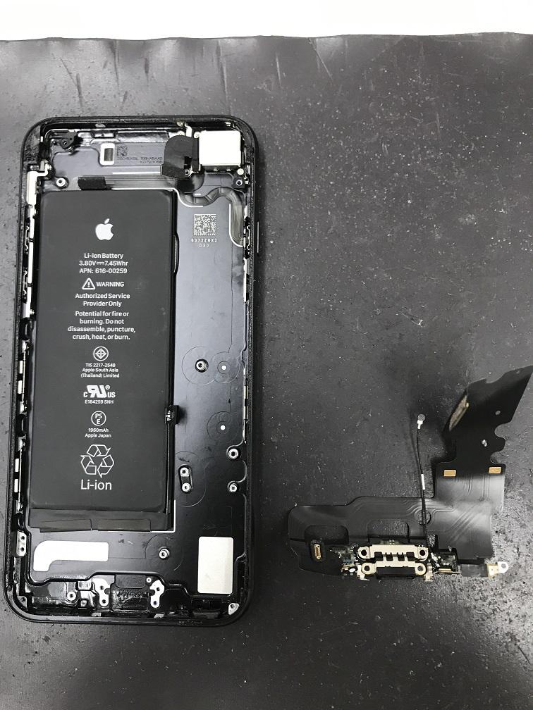 iPhone7ドックコネクター交換中