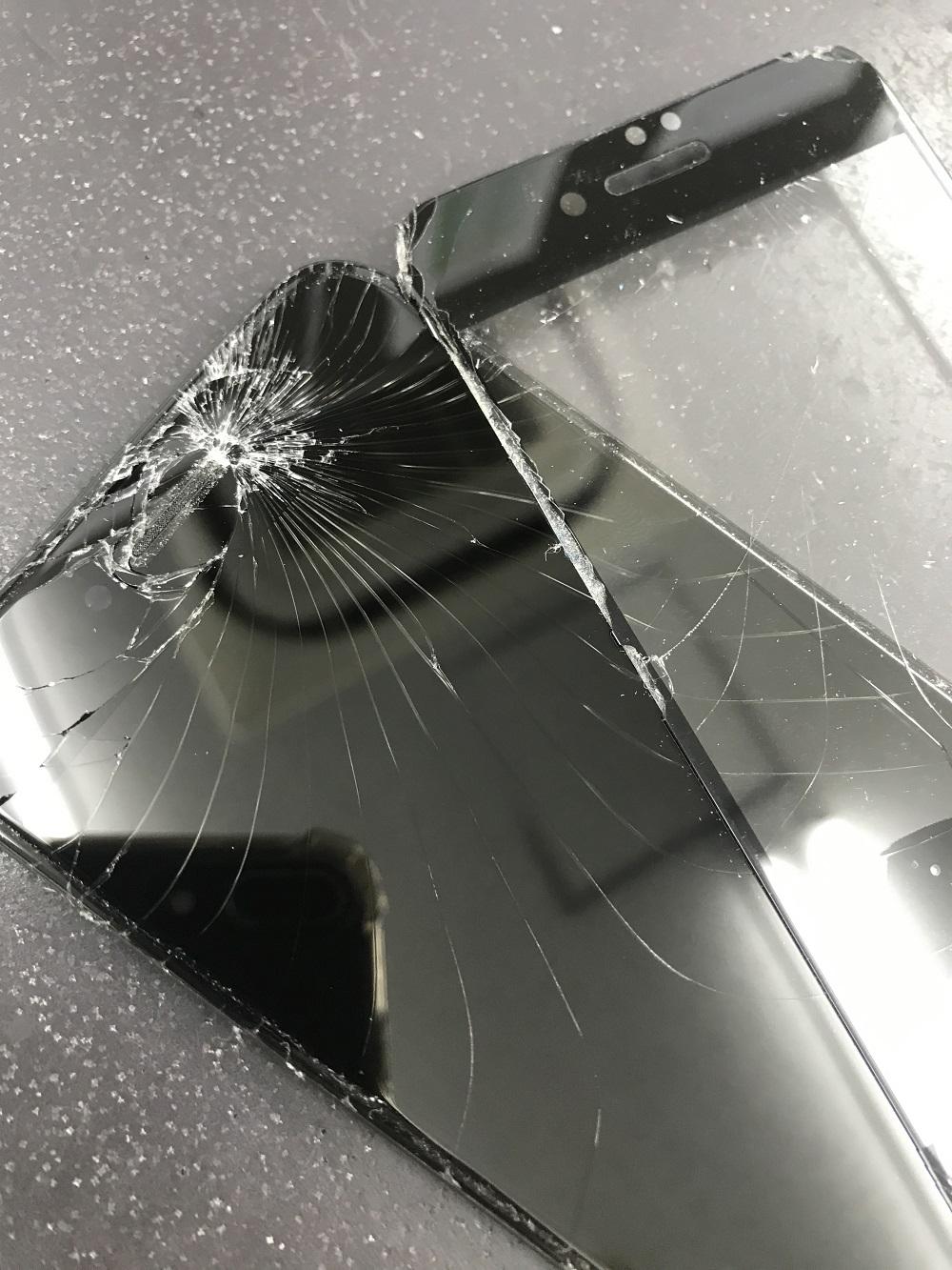 iPhone7 落下後フィルムの下