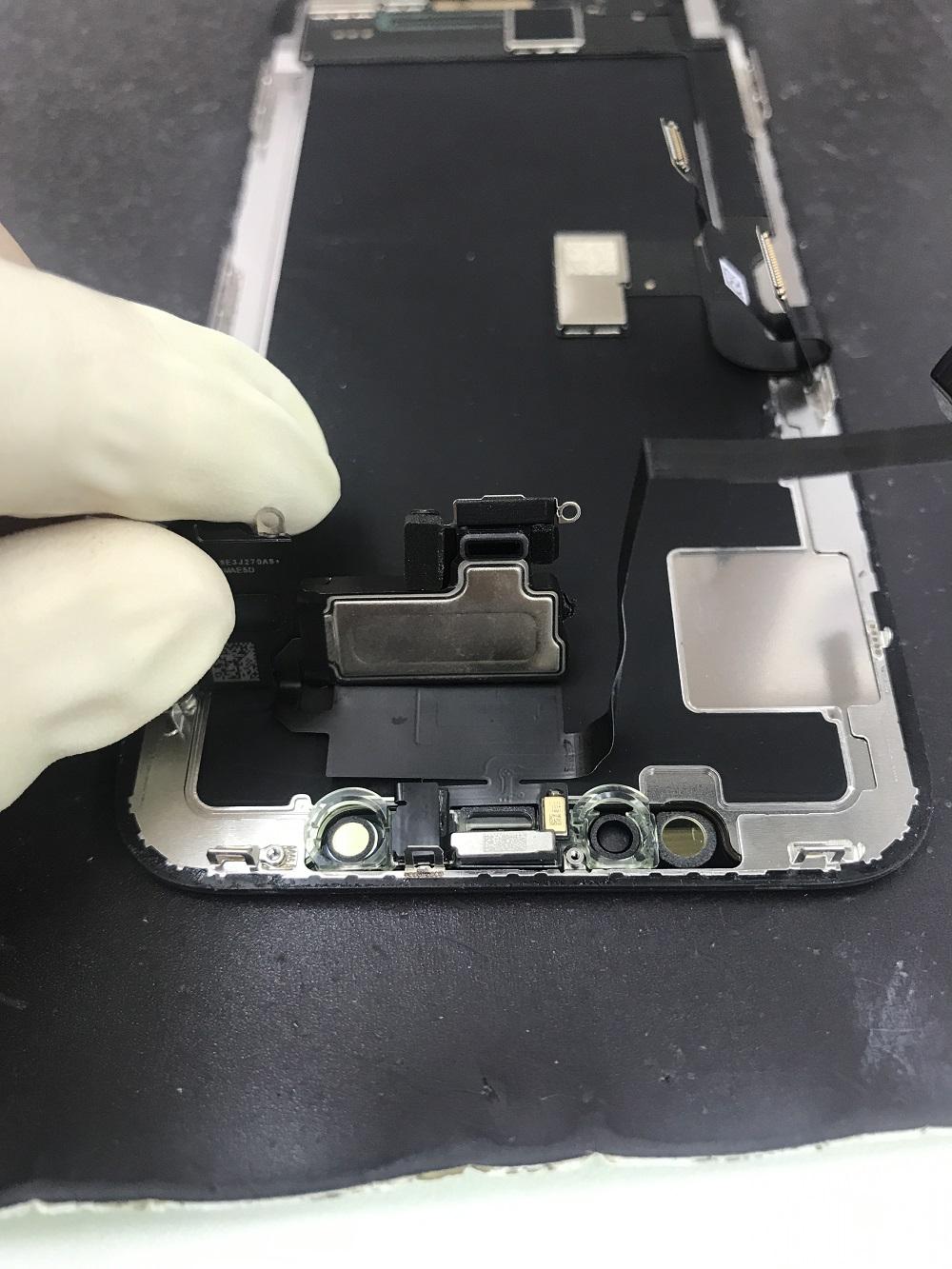 iPhoneXイヤースピーカークリーニングの様子3